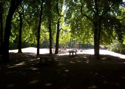 Tischtennisplatten und Spielplatz