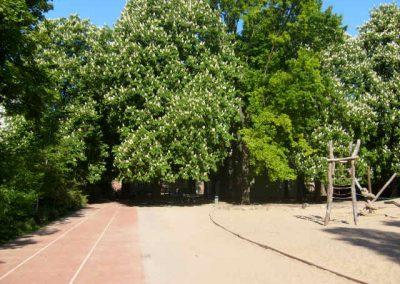 Schulhof mit Spielplatz